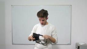 Student die zich voor whiteboard bevinden die voor het eerst virtuele werkelijkheidsglazen ervaren - VR stock videobeelden