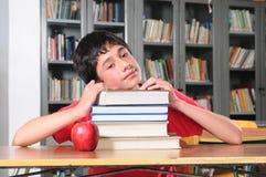 Student in een bibliotheek. Royalty-vrije Stock Foto