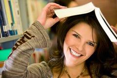 Student in een bibliotheek Stock Foto's