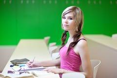 Student in einem Klassenzimmer lizenzfreie stockbilder