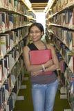 Student an einer Bibliothek stockfoto