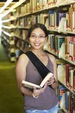Student an einer Bibliothek Stockfotografie