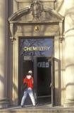 Student Entering Chemistry Building, Universiteit de Stad van van Iowa, Iowa, Iowa royalty-vrije stock fotografie