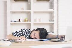 Student ermüdet von der Arbeit Lizenzfreies Stockbild