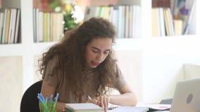Student för tonårs- flicka som studerar med skypeläraren vid video pratstund lager videofilmer
