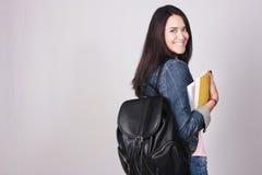 Student för ung kvinna som går till skolan Royaltyfria Bilder