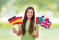 Student Female mit internationalen Flaggen stockbilder