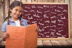 Student gegen schwarzes Brett mit Grafiken Stockbilder