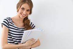 Student Girl nahe der Wand Stockbild
