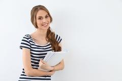 Student Girl nahe der Wand Stockfoto