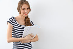 Student Girl nahe der Wand Stockfotos