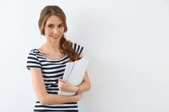 Student Girl nahe der Wand Lizenzfreie Stockfotos