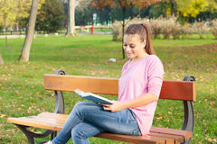 Student girl reading book Royalty Free Stock Photos