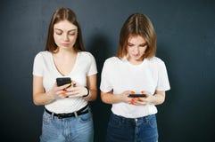 Student Girls Using Smartphones royalty-vrije stock afbeeldingen
