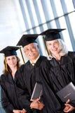 Student: Groep Glimlachende Volwassen Studenten bij Graduatie stock afbeeldingen