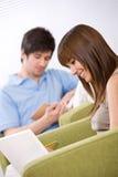 Student - het boek van de twee tienerlezing in zitkamer Stock Foto
