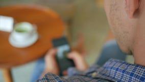 Student het letten op foto's op smartphone in de koffie HD Slowmotion Levensstijllengte thailand stock footage