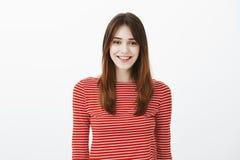 Student hilft Neulingen, um Universität zu erhalten Atelieraufnahme der freundlich-aussehenden überzeugten europäischen Frau im R lizenzfreies stockfoto