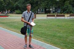 Student i en parkera royaltyfria bilder