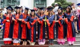 Student im Kleid, Hochschulgraduierte Zeremonie Stockfotografie