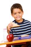 Student: Junger Student Eating Lunch am Schreibtisch Lizenzfreies Stockbild