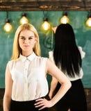 Student lärare i ställning för formella kläder i klassrum Attraktiva kvinnor som förbereder sig för kurs Student- och deltagare i royaltyfri foto