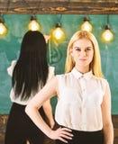 Student lärare i ställning för formella kläder i klassrum Attraktiva kvinnor som förbereder sig för kurs Student- och deltagare i arkivfoton