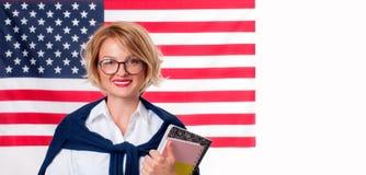 Student lernt Englisch als Fremdsprache auf Hintergrund der amerikanischen Flagge stockfotos