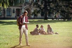 Student lezing en het lopen Royalty-vrije Stock Afbeelding