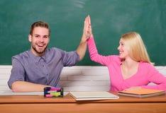 Student Life Kurs och svart tavla Läraredag Par av mannen och kvinnan i klassrum Hem- skolgång modern skola royaltyfri foto