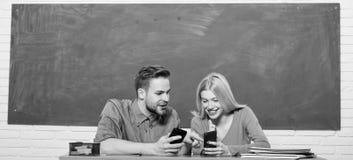 Student Life Lektion und Tafel Lehrertag Moderne Schule Kursteilnehmer der ?lteren Kategorie f?hrt die ersten Lektionkinder Paare lizenzfreie stockbilder