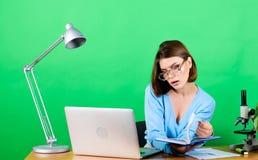 Student Life Middelbare schoolonderwijs Begincarri?re van leraar Online verre klassen Student die aan examens voorbereidingen tre stock afbeelding
