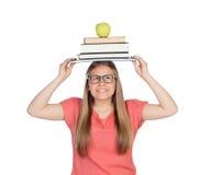 Student lud mit Büchern auf ihrem Kopf auf Lizenzfreie Stockbilder
