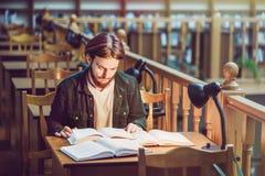 Student Man in der Bibliothek stockbild