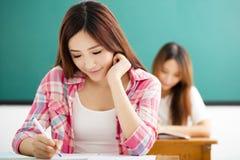 Student med andra handstilanmärkningar i klassrumet royaltyfria foton