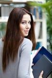 Student med anteckningsböcker royaltyfri bild