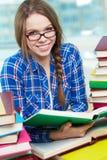 Student med boken royaltyfria foton