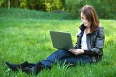 Student med den utomhus- anteckningsboken royaltyfri bild