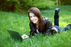 Student med den utomhus- anteckningsboken arkivfoto
