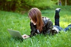 Student med den utomhus- anteckningsboken arkivfoton