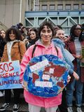 Student med en handgjord affisch med slogan i en protestmarsch för klimatförändring av ungdomen för klimat arkivfoton