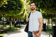 Student med ryggsäcken utanför fotografering för bildbyråer