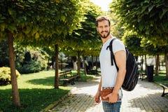 Student med ryggsäcken utanför royaltyfri bild