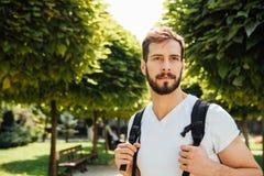 Student med ryggsäcken utanför royaltyfria foton