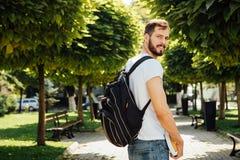 Student med ryggsäcken utanför arkivfoton