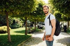 Student med ryggsäcken utanför arkivbild
