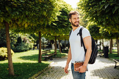 Student med ryggsäcken utanför royaltyfri fotografi