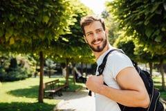 Student med ryggsäcken utanför royaltyfri foto