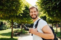 Student med ryggsäcken utanför royaltyfria bilder