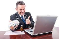 Student medycyny przy biurowym pokazuje kciukiem i pigułki up zdojesteśmy Fotografia Stock